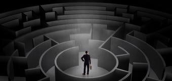 Zakenman die tussen ingangen in een midden van een donker labyrint kiezen royalty-vrije illustratie