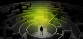 Zakenman die tussen ingangen in een midden van een donker labyrint kiezen stock afbeeldingen