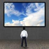 Zakenman die TV-het scherm bekijken stock foto's