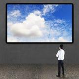 Zakenman die TV-het scherm bekijken stock afbeelding