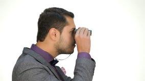 Zakenman die uit voor de cliënt kijken stock footage