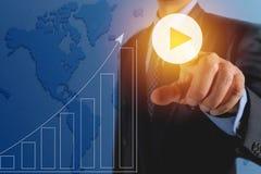 Zakenman die virtuele knopen op het schermconcept drukken Financia royalty-vrije illustratie