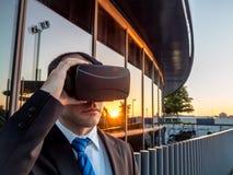 Zakenman die virtuele werkelijkheidsglazen in een commercieel centrum gebruiken stock afbeelding