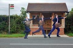 Zakenman die voor de bus loopt Royalty-vrije Stock Foto's
