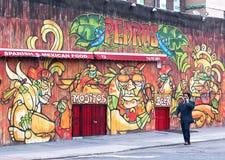 Zakenman die voor een Graffitimuur lopen in Brooklyn Royalty-vrije Stock Fotografie