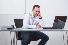 Zakenman die voor laptop denken Royalty-vrije Stock Afbeeldingen