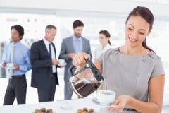 Zakenman die wat koffie gieten Royalty-vrije Stock Foto's