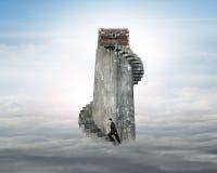 Zakenman die wenteltrap beklimmen naar schatborst op t Stock Afbeelding