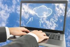 Zakenman die wolk gegevensverwerking gebruiken royalty-vrije stock afbeelding