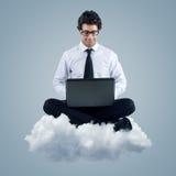 Zakenman die wolk gegevensverwerkingstechnologie gebruiken Royalty-vrije Stock Fotografie