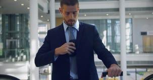 Zakenman die zich boven op roltrap in het bureau 4k bewegen stock video