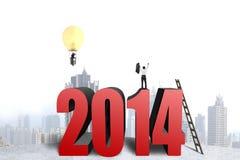 Zakenman die zich bovenop de structuur van 2014, een andere in balloo bevinden Stock Foto's