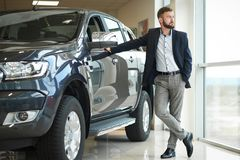 Zakenman die zich dichtbij jeep in autocentrum bevinden royalty-vrije stock foto