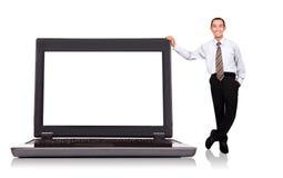 Zakenman die zich door computer bevindt Stock Afbeeldingen