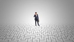 Zakenman die zich in een midden van een labyrint bevinden royalty-vrije illustratie