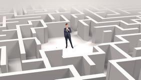 Zakenman die zich in een midden van een labyrint bevinden stock illustratie
