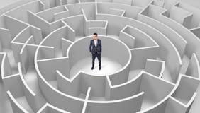 Zakenman die zich in een midden van een rond labyrint bevinden vector illustratie