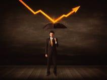Zakenman die zich met paraplu bevinden die oranje pijl houden royalty-vrije stock afbeeldingen