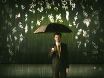 Zakenman die zich met paraplu en 3d aantallen bevinden die concep regenen Stock Foto's