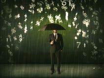 Zakenman die zich met paraplu en 3d aantallen bevinden die concep regenen Royalty-vrije Stock Afbeeldingen