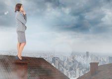 Zakenman die zich op Dak met schoorsteen en bewolkte stad bevinden stock illustratie