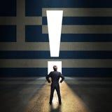 Zakenman die zich voor die een portaal bevinden als uitroepteken wordt gevormd in een muur met Griekse vlag wordt geschilderd royalty-vrije stock afbeelding