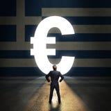Zakenman die zich voor een portaal gevormd bevinden die zoals Euro voor een muur met de Griekse vlag wordt geschilderd stock foto's