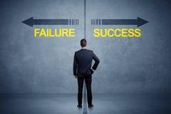 Zakenman die zich voor succes en mislukkingspijlconce bevinden Royalty-vrije Stock Fotografie