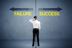 Zakenman die zich voor succes en mislukkingspijlconce bevinden Stock Foto