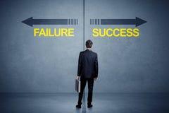 Zakenman die zich voor succes en mislukkingspijlconce bevinden Stock Foto's