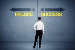 Zakenman die zich voor succes en mislukkingspijlconce bevinden Royalty-vrije Stock Afbeelding