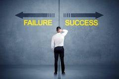 Zakenman die zich voor succes en mislukkingspijlconce bevinden Royalty-vrije Stock Foto's