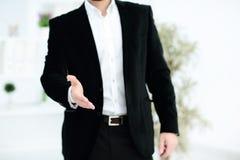 Zakenman die zijn hand voor handdruk aanbiedt Het begroeten van of het gelukwensen van gebaar Commerciële vergadering en succes royalty-vrije stock foto's