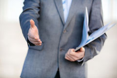 Zakenman die zijn hand voor handdruk aanbiedt Het begroeten van of het gelukwensen van gebaar Commerciële vergadering en succes royalty-vrije stock fotografie