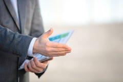 Zakenman die zijn hand voor handdruk aanbiedt Het begroeten van of het gelukwensen van gebaar Commerciële vergadering en succes stock afbeelding
