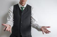 Zakenman die zijn handen standhouden om zijn onschuld te tonen stock fotografie