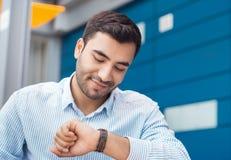Zakenman die zijn horloge bekijkt royalty-vrije stock foto