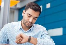 Zakenman die zijn horloge bekijkt royalty-vrije stock fotografie