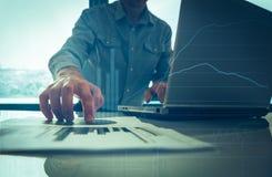 Zakenman die zijn ideeën zetten en businessplan schrijven op werk, de documenten van de mensenholding, die nota's in documenten h Royalty-vrije Stock Afbeeldingen