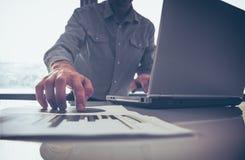 Zakenman die zijn ideeën zetten en businessplan schrijven op werk, de documenten van de mensenholding, die nota's in documenten h Stock Foto