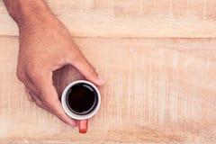 Zakenman die zwarte koffie houden Stock Afbeelding