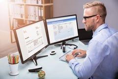 Zakenman Doing Online Banking op Computer stock afbeeldingen