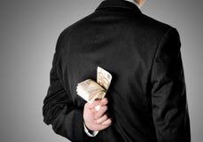 Zakenman Dressed in Kostuum die Vijftig Euro Bankbiljetten verbergen Stock Afbeelding
