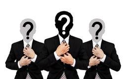 Zakenman drie met vraagteken op hoofd, op witte achtergrond wordt geïsoleerd die Royalty-vrije Stock Foto's