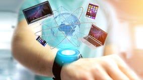 Zakenman een Computer en apparaten houden die op een futuri wordt getoond die Royalty-vrije Stock Afbeeldingen