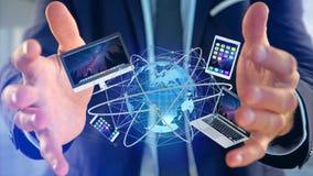 Zakenman een Computer en apparaten houden die op een futuri wordt getoond die Royalty-vrije Stock Fotografie