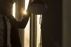 Zakenman in een donker bureau met zonnestraal royalty-vrije stock foto