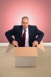 Zakenman in een doos. Stock Afbeeldingen