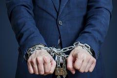 Zakenman in een ketting wordt geketend die Mens voor misdaden wordt gearresteerd die stock foto's