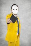 Zakenman in een kostuum die een gouden envelop geven als gift stock foto's